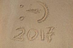 Stellen 2017 auf der Sandküste - Konzept des neuen Jahres Lizenzfreie Stockfotografie