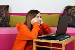 Stellen aufpassende Spaßmedien der Jugendlichen im Internet zufrieden lizenzfreies stockbild
