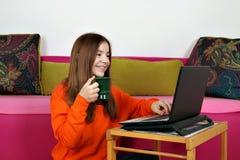 Stellen aufpassende Spa?medien der Jugendlichen im Internet zufrieden lizenzfreie stockbilder