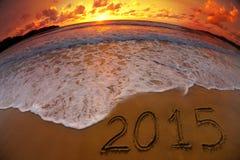Stellen des Jahres 2015 auf Ozeanstrandsonnenuntergang Stockbild