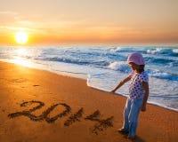 Stellen des neuen Jahres 2014 und kleines Mädchen Lizenzfreie Stockfotos