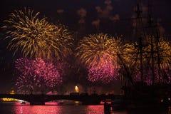Stellen Scharlachrot Segel-während des weiße Nachtfestivals dar Stockfoto