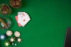 Stellen Sie auf das Spielen des Pokers mit Karten und Chips auf grüner Tabelle, Draufsicht ein Lizenzfreie Stockfotografie