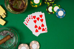 Stellen Sie auf das Spielen des Pokers mit Karten und Chips auf grüner Tabelle, Draufsicht ein Lizenzfreie Stockbilder