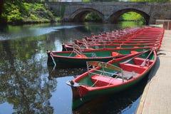 Stellen Sie Boote u. Brücke, Fluss Nidd, Knaresborough, Großbritannien an Lizenzfreies Stockfoto