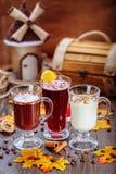 Stellen Sie Cocktails im Restaurant ein Köstliche Nachtische Herbsttapete Lizenzfreie Stockbilder