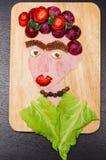 Stellen Sie das Porträt gegenüber, das von den verschiedenen geschnittenen Lebensmittelgeschäftprodukten, künstlerisches Lebensmi stock abbildung