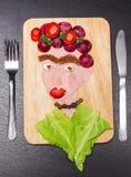 Stellen Sie das Porträt gegenüber, das von den verschiedenen geschnittenen Lebensmittelgeschäftprodukten, künstlerisches Lebensmi vektor abbildung