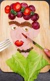 Stellen Sie das Porträt gegenüber, das von den verschiedenen geschnittenen Lebensmittelgeschäftprodukten, künstlerisches Lebensmi lizenzfreie abbildung