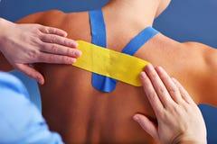 Stellen Sie das Zeigen des speziellen physiologischen Bands gesetzt an zurück verletzt über weißem Hintergrund dar Stockbild