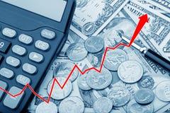 Stellen Sie das Zeigen von USD-Banknoten mit Münzen und einem Taschenrechner grafisch dar Lizenzfreies Stockfoto
