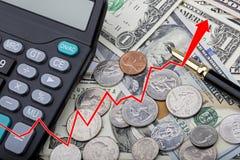 Stellen Sie das Zeigen von USD-Banknoten mit Münzen und einem Taschenrechner grafisch dar Stockfotografie