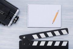 Stellen Sie den Direktor für die Schmierfilmbildung der Filmlügen auf einem hellen Hintergrund ein stockbilder