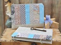 Stellen Sie den Verfasser für Kreativität und handgemacht ein: ein Notizbuchtürkis-Handwerkspatchwork, Textilbleistiftkasten, Wei stockbilder