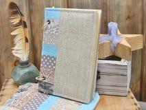 Stellen Sie den Verfasser für Kreativität und handgemacht ein: ein Notizbuchtürkis-Handwerkspatchwork, Textilbleistiftkasten, Wei stockfoto