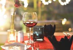 Stellen Sie die Tabelle für Abendessen mit romantischer Art des Weins ein Lizenzfreie Stockbilder
