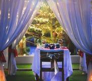 Stellen Sie die Tabelle für Abendessen mit romantischer Art des Weins ein Stockfotografie