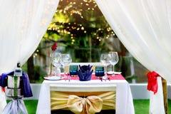 Stellen Sie die Tabelle für Abendessen mit romantischer Art des Weins nahe dem Pool ein Lizenzfreie Stockbilder