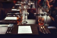 Stellen Sie die Tabelle für das Schmecken des Weins und des Tellers ein Lizenzfreies Stockfoto