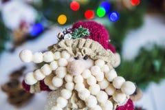 Stellen Sie, ein Spielzeug auf einem weißen Holztisch auf grünes Hintergrund Weihnachten- und neues Jahr ` s Girlande von farbige Lizenzfreie Stockbilder
