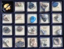 Stellen Sie eine Sammlung Felsen, Mineralien im Kasten ein Lizenzfreie Stockfotografie