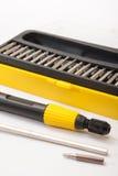 Stellen Sie einen Schraubenzieher im schwarzen und gelben Kasten ein Lizenzfreie Stockbilder