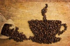 Stellen Sie einen Tasse Kaffee dar, der von den Bohnen hergestellt wird Stockfotos