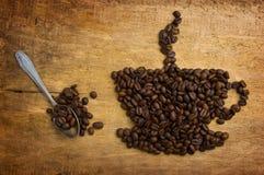 Stellen Sie einen Tasse Kaffee dar, der von den Bohnen hergestellt wird Lizenzfreies Stockfoto