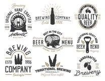 Stellen Sie Embleme mit Biergegenständen ein vektor abbildung