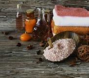 Stellen Sie für Badekurort mit Tüchern, Salz und aromatischen Ölen, selektiver Fokus ein Stockbilder