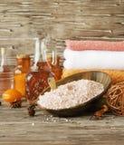 Stellen Sie für Badekurort mit Tüchern, Salz und aromatischen Ölen, selektiver Fokus ein Stockfotografie