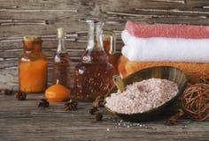Stellen Sie für Badekurort mit Tüchern, Salz und aromatischen Ölen, selektiver Fokus ein Lizenzfreie Stockfotografie