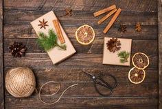 Stellen Sie für die Geschenkverpackung ein Geschenke, die Inspirationen einwickeln Geschenkbox, Stockfotografie
