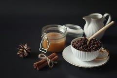 Stellen Sie für Frühstücksbonbons und -gebäck mit Nüssen für Tee auf einer Querstation ein Stockfoto