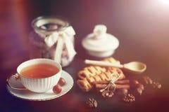 Stellen Sie für Frühstücksbonbons und -gebäck mit Nüssen für Tee auf einer Querstation ein Stockbild