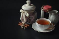 Stellen Sie für Frühstücksbonbons und -gebäck mit Nüssen für Tee auf einer Querstation ein Stockfotografie