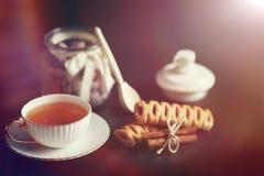Stellen Sie für Frühstücksbonbons und -gebäck mit Nüssen für Tee auf einer Querstation ein Stockbilder