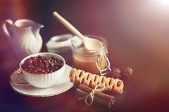 Stellen Sie für Frühstücksbonbons und -gebäck mit Nüssen für Tee auf einer Querstation ein Lizenzfreies Stockbild