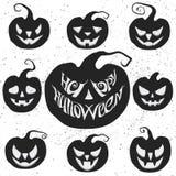 Stellen Sie für Halloween mit dem Kürbisschnitzen ein Glückliche Halloween-Vektorbeschriftung Lizenzfreies Stockfoto