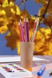 Stellen Sie für Kreativität - Farbe, Bürsten und Bleistifte ein Lizenzfreie Stockfotografie