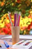 Stellen Sie für Kreativität - Farbe, Bürsten und Bleistifte ein Stockbilder