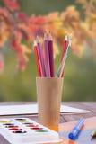 Stellen Sie für Kreativität - Farbe, Bürsten und Bleistifte ein Lizenzfreies Stockbild