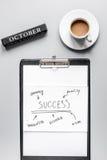Stellen Sie für Oktober-Geschäftsstrategie auf Draufsicht des Tabellenhintergrundes ein lizenzfreies stockfoto