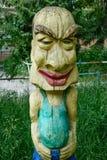 Stellen Sie fantastischen Charakter des Holzes mit einem Großkopf auf dem Spielplatz dar Lizenzfreies Stockfoto