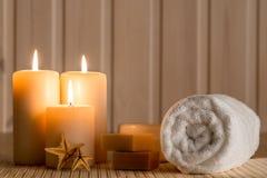 Stellen Sie für Badekurort und brennende Kerzen in der Dunkelheit ein Lizenzfreie Stockbilder