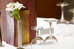 Stellen Sie Gaststättetabelle mit Blumen ein Stockfoto