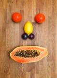 Stellen Sie gebildet von den Früchten gegenüber stockbilder