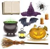 Stellen Sie Halloween-Gegenstandzubehör ein Kürbis, Laterne, Hut, Besen, großer Kessel, Spinne, Schläger und altes Buch Lizenzfreies Stockfoto