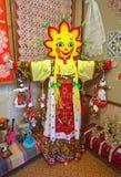 Stellen Sie heidnische Karnevalspuppe mit dem Gesicht in Form von der Sonne dar Stockfotografie