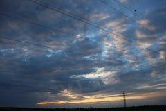 Stellen Sie Ihr Telefon ab und betrachten Sie oben dem Himmel Die Sonne und die Sonne sind auch ein St?ckchen eines Geschmacks lizenzfreie stockbilder